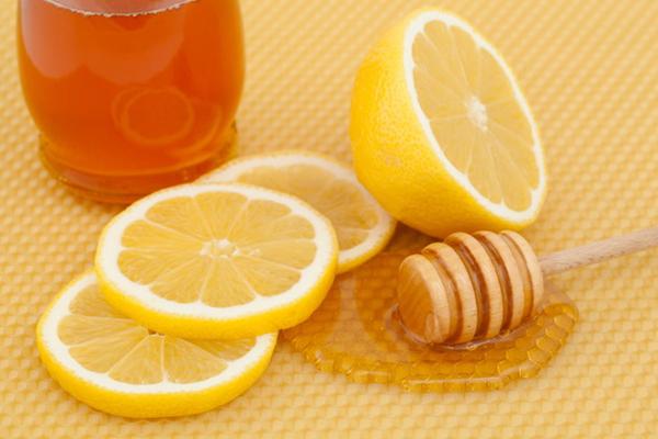 """Nhờ chứa các loại vitamin và khoáng chất nên hỗn hợp mật ong chanh có khả năng """"đánh bật"""" các vết thâm trên cơ thể, mang lại làn da trở nên trắng sáng nhanh chóng"""