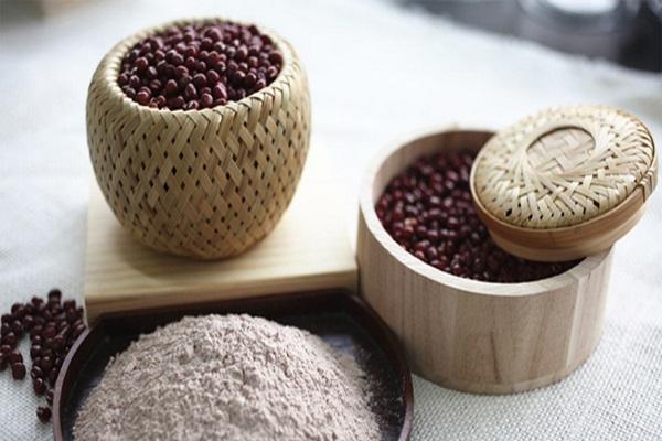 Đậu đỏ rất giàu chất chống oxy hóa, giúp ngăn ngừa và chống lại sự lão hóa, mang đến làn da tươi trẻ đầy sức sống.