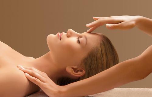 Massage là liệu pháp giúp tăng cường tuần hoàn máu, hạn chế bã nhờn bám lại gây tắc lỗ chân lông, đồng thời hỗ trợ điều trị mụn cám hiệu quả.