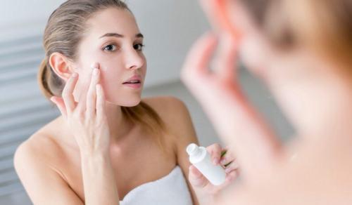 Nên sử dụng các loại sản phẩm cung cấp ẩm có nguồn gốc từ tự nhiên để đảm bảo an toàn cho và hiệu quả chăm sóc da tốt nhất.