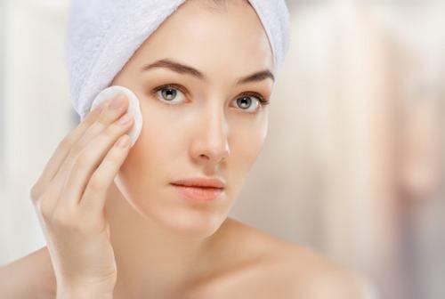 Bản chất da dầu là loại da thiếu nước và vẫn cần được cung cấp ẩm như các loại da khác.