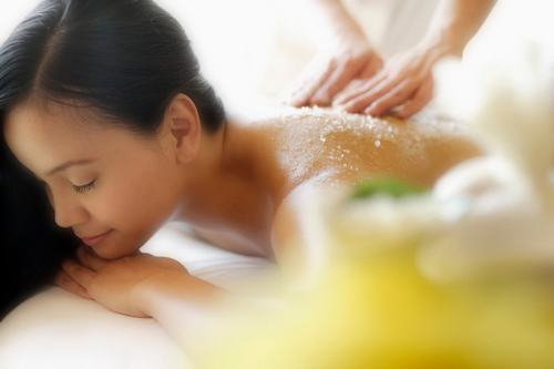 Điều trị mụn ở lưng bằng phương pháp tự nhiên được nhiều người lựa chọn vì đặc tính an toàn và tiết kiệm.