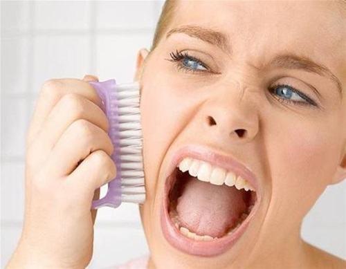 Tác động lực mạnh khi rửa mặt sẽ khiến làn da bạn nhanh chóng chùng xệ, chảy nhão, lão hóa và tổn thương.