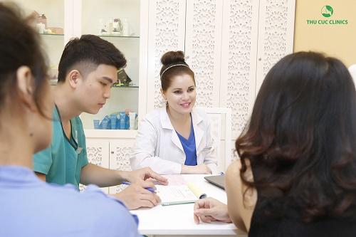 Chuyên gia Thu Cúc Clinics đang tư vấn cách điều trị mụn ở lưng cho khách hàng.