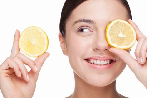 Hỗn hợp chanh và dầu dừa là sự kết hợp tuyệt vời giúp làm sạch, giữ ẩm và sáng da vô cùng hiệu quả.