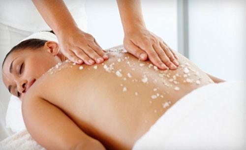 Tẩy da trên là một trong những yếu tố giúp trị mụn ở lưng và mông hiệu quả