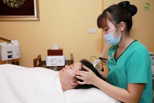 Khách hàng đang thư giãn khi kỹ thuật viên Thu Cúc tiến hành massage mặt trước khi đắp mặt nạ collagen sinh học.