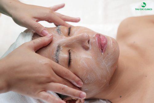 Liệu pháp giữ mãi nét thanh xuân bằng vitamin và serum giúp da mặt mềm mại, sáng mịn