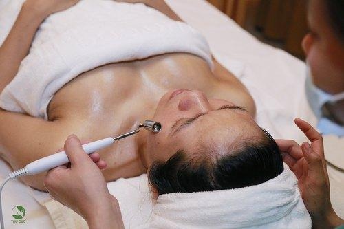 Chuyên viên Thu Cúc Clinics đang lăn serum đặc trị chống oxy hóa cho khách hàng.