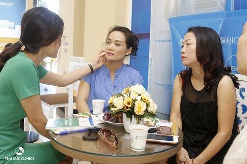 Chuyên viên không chỉ tư vấn về phương pháp chăm sóc da nhạy cảm tại Thu Cúc Clinics mà còn giúp cho khách hàng tối ưu hóa chu trình làm đẹp tại nhà.