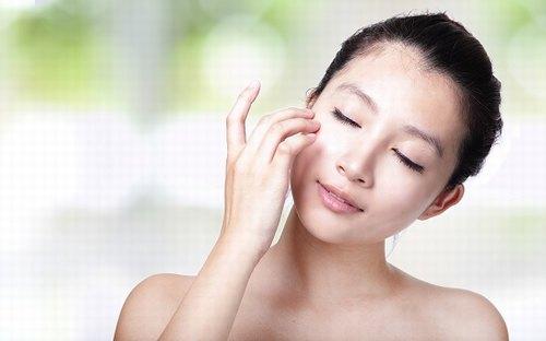 Chăm sóc da định kỳ với sản phẩm dịu nhẹ phù hợp giúp tăng cường sức đề kháng cho da nhạy cảm.