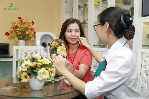 Chuyên viên Thu Cúc Clinics đang tư vấn cho khách hàng cách chăm sóc da sau khi thực hiện quy trình đặc trị lão hóa bằng mặt nạ vi tảo.