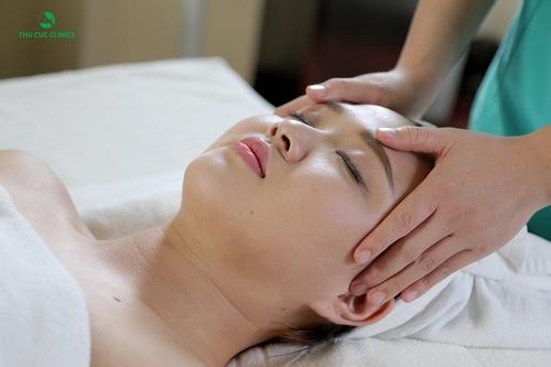 Làm sạch da là bước đầu tiên trong quy trình giữ mãi nét thanh xuân bằng vitamin và serum