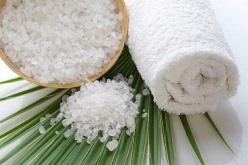 Muối hạt là nguyên liệu trị mụn cực kỳ hiệu quả và đơn giản.