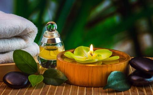 Sử dụng tinh dầu trà là biện pháp trị mụn ở lưng nhanh chóng, mà không lo tác dụng phụ.