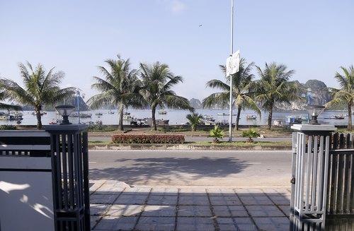 Thu Cúc Clinic Quảng Ninh nằm ở vị trí đắc địa: vừa hướng ra phía biển thơ mộng, vừa tạo thuận lợi cho khách hàng đến làm đẹp.