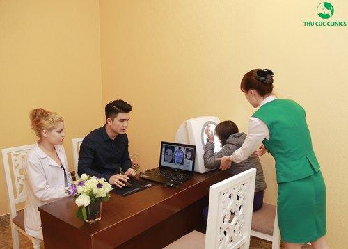 Chuyên gia Thu Cúc Clinics đang thăm khám và tư vấn cho khách hàng.