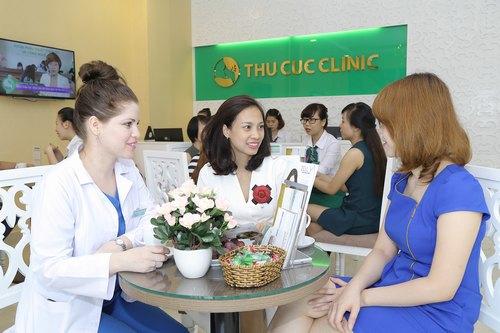 Chuyên giaThu Cúc Clinics đang tư vấn về liệu pháp trẻ hóa da bằng oxy tinh khiết cho khách hàng.