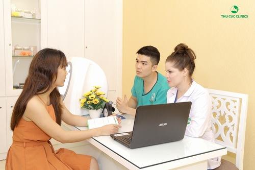 Chuyên gia tư vấn thăm khám tình trạng da cho khách hàng