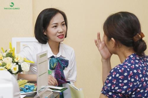 Chuyên viên tại Thu Cúc Clinics đang tư vấn giúp khách hàng lựa chọn được dịch vụ phù hợp đạt hiệu quả cao