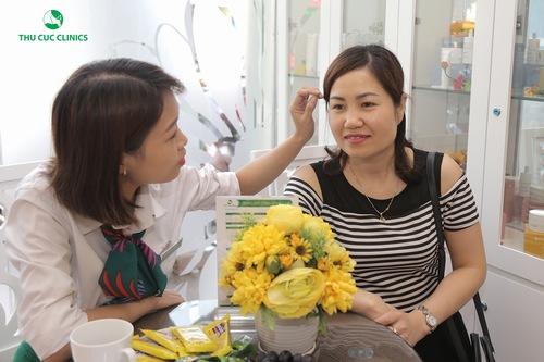 Chuyên viên đang thăm khám và tư vấn giúp khách hàng chọn được liệu pháp phù hợp