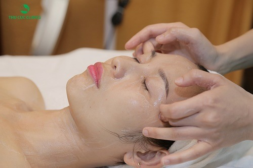 Khách hàng đang trải nghiệm dịch vụ chăm sóc và thư giãn da mặt
