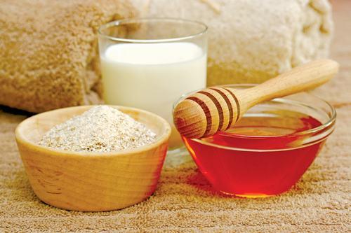 Bột yến mạch không chỉ có tác dụng làm sáng da mà còn trị mụn đầu đen rất hiệu quả. Đặc biệt, khi kết hợp với sữa chua không đường và mật ong, tác dụng này còn được tăng cường gấp bội.