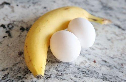 Tái sinh làn da lão hóa với mặt nạ từ trứng gà và chuối.