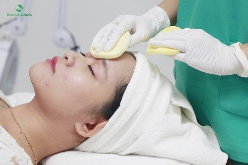 Bước vào quy trình trị mụn, đầu tiên kỹ thuật viên tiến hành tẩy trang, rửa mặt và tẩy da chết cho cô bạn một cách cẩn thận với dòng sản phẩm cao cấp dành riêng cho da nhạy cảm...