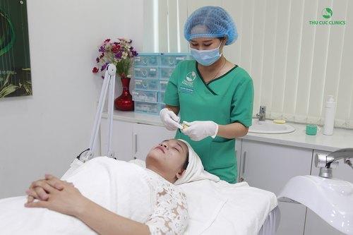 Sau 15 phút, kỹ thuật viên bỏ lớp mặt nạ, làm sạch da và bôi thuốc đặc trị, sau đó điều chỉnh các thông số phù hợp trên thiết bị BlueLight.