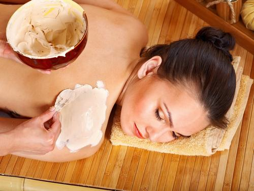 Làm trắng da từ sữa tươi và bột gạo.