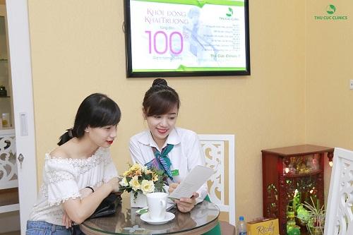 Chuyên viên đang tư vấn giúp khách hàng chọn được liệu pháp làm đẹp phù hợp