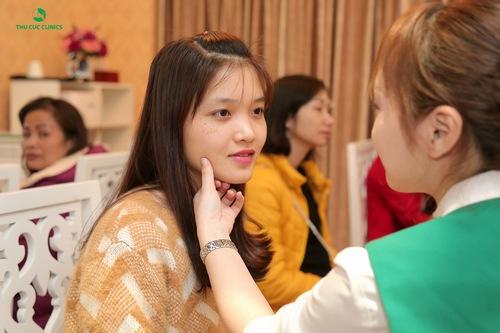 Chuyên viên đang thăm khám tình trạng da khách hàng trước khi đưa ra liệu trình trẻ hóa da bằng công nghệ IPL