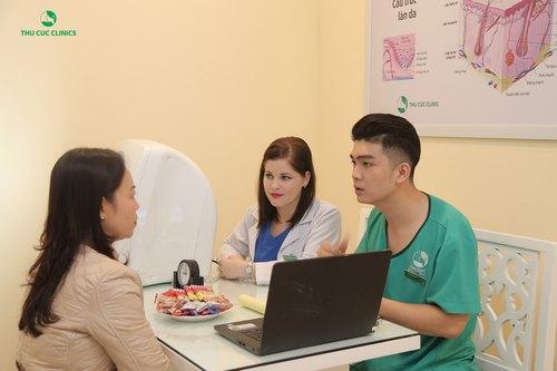 Chuyên gia Thu Cúc Clinics đang tư vấn phương pháp trẻ hóa da bằng mặt nạ than cho khách hàng.