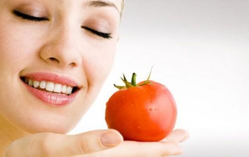 Tính axit nhẹ trong cà chua là chìa khóa để trị mụn đầu đen hiệu quả.