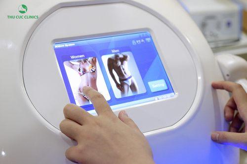Kĩ thuật viên Thu Cúc Clinics điều chỉnh năng lượng của thiết bị trước khi triệt lông cho khách hàng.