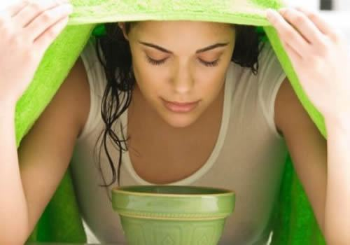 Xông hơi trước khi đắp mặt nạ để tăng cường hiệu quả trị mụn đầu đen.
