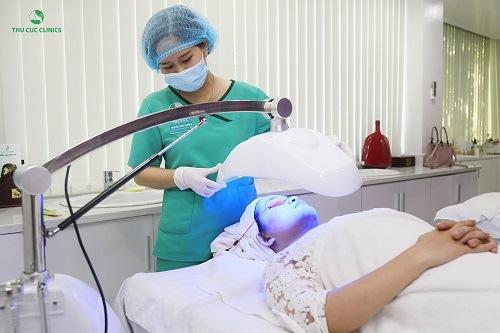 Blue Light là công nghệ trị mụn hiện đại, không chỉ có khả năng trị mụn ở lưng, mà cả ở mặt, ngực...
