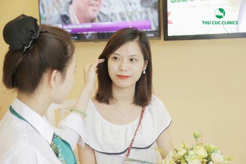 Chuyên gia Thu Cúc Clinics đang tư vấn về cách chăm sóc da khi bị mụn thâm.
