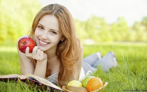 Sử dụng kem dưỡng để chăm sóc da hàng ngày để nuôi dưỡng làn da khỏe mạnh.