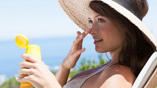 Sau khi tắm trắng, bạn cần tránh để da tiếp xúc trực tiếp với ánh nắng mặt trời.