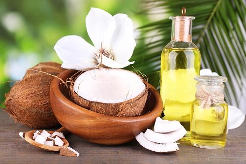 Dầu dừa có tác dụng kháng viêm, kháng khuẩn nên trị mụn rất hiệu quả.