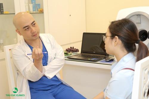 Bác sĩ chuyên môn thăm khám và tư vấn giúp khách hàng lựa chọn dược liệu pháp làm đẹp phù hợp