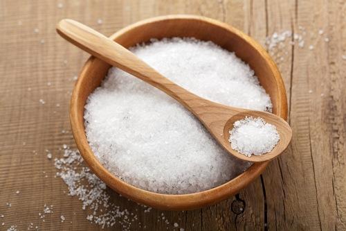 Sử dụng muối là một trong những cách trị mụn ở lưng hiệu quả đơn giản