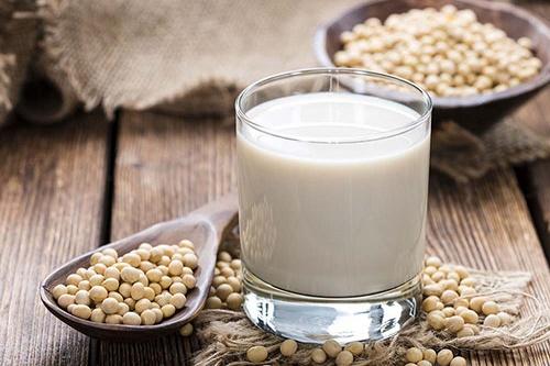 Tắm trắng bằng bột đậu nành và sữa tươi giúp làn da tươi sáng và khỏe mạnh.