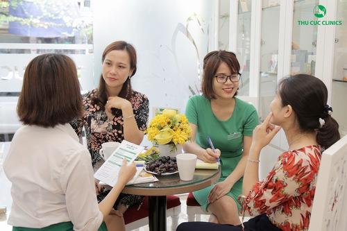 Chuyên viên đang tư vấn giúp khách hàng lựa chọn liệu pháp làm đẹp phù hợp