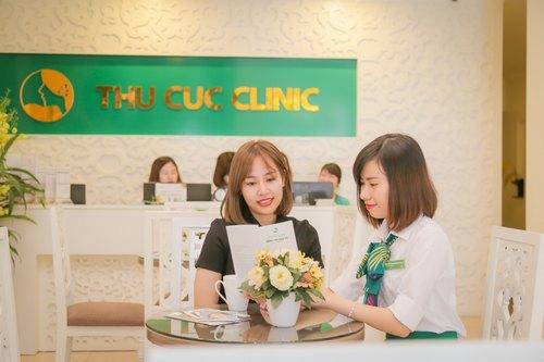 Chuyên viên Thu Cúc Clinics đang tư vấn cho khách hàng về dịch vụ waxing.