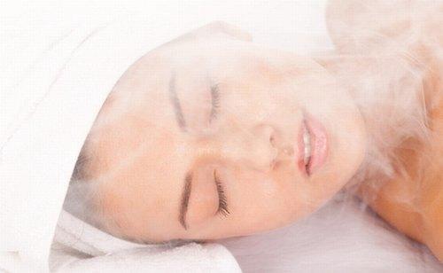 Xông hơi là một bước hỗ trợ điều trị mụn hiệu quả.