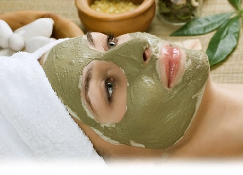 Đắp mặt nạ từ trà xanh và sữa chua để trị mụn.