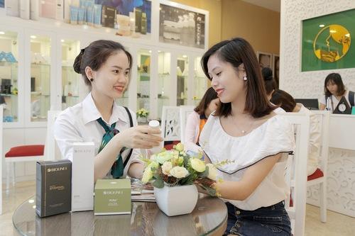 Chuyên viên đang hướng dẫn khách hàng chăm sóc da tại nhà sau khi điều trị mụn lưng bằng công nghệ Blue Light